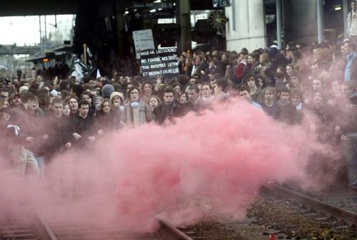 Rennes, 14 février 2006, des étudiants envahissent les voies ferrées.