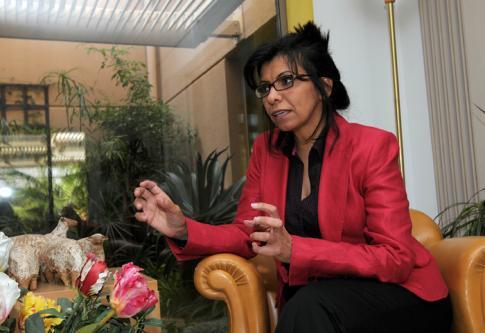 Photo de la militante féministe et écrivaine Wajiha al-Huwaider, prise le 10 déembre 2009 dans son appartement à Riyad, deux ans après qu'elle ait défié le pouvoir saoudien en se filmant au volant à l'occasion de la journée de la femme  -  AFP/Mido Ahmad.