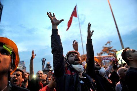 524562-des-manifestants-anti-gouvernements-a-istanbul-le-4-juin-2013