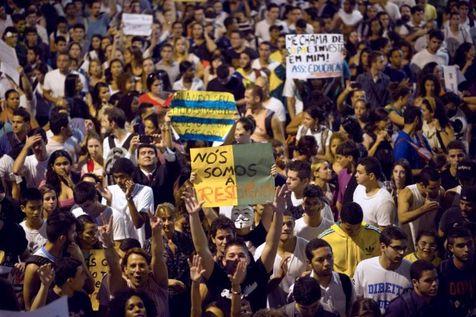 529656-des-personnes-manifestent-dans-la-banlieue-de-rio-le-19-juin-2013