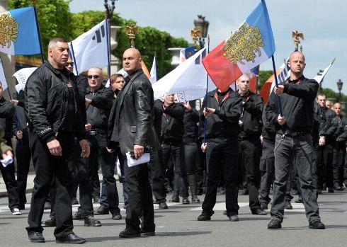 Sept jeunes, cinq hommes et deux femmes, présentés comme proches du groupe d'extrême droite Troisième voie, ont été interpellés dimanche à Agen après l'agression de deux festivaliers d'un festival rock d'influence libertaire.