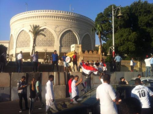 Des jeunes anti-Morsi commencent à se rassembler devant le palais présidentiel au Caire