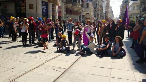 Féministes rue Istiklal, vers 15 h 30