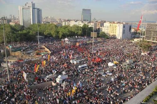 Foule à Taksim le 1er uin après la libération de la place