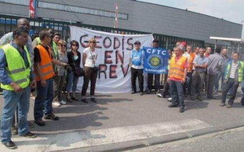 Saint-Ouen-l'Aumône, le 15/07. En grève, les 48 salariés du site de la société spécialisée dans le transport ont cessé le travail et ont décidé de camper devant l'établissement.