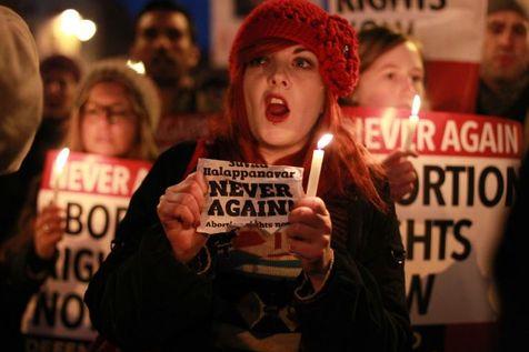 534674-des-irlandais-manifestent-pour-le-droit-a-l-avortement-en-memoire-de-l-indienne-savita-halappanavar-