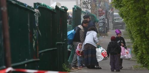 Des policiers expulsent au petit matin un camp de Roms a Montreuil en Seine Saint Denis. ( Francois Lafite / Wostok Press / Maxppp )