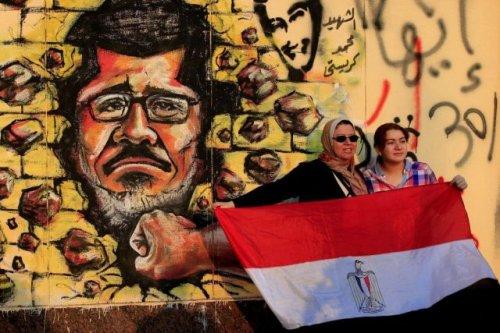 711643-deux-femmes-brandissent-drapeau-egyptien