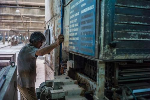 01 Janvier 2013, Neuquén, Argentine. Un ouvrier de l'usine de céramiques FaSinPat débute sa journée : « J'aime venir travailler car, ici, il n'y a pas de dirigeant, pas de leader. Nous fonctionnons de façon totalement horizontale. »