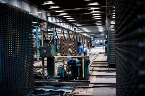 02 Janvier 2013, Neuquén, Argentine. Il existe entre les ouvriers une solidarité très forte, une « fraternité », disent certains. Tous ont le même statut, les mêmes droits, le même salaire, environ 6 000 pesos par mois (850 euros).