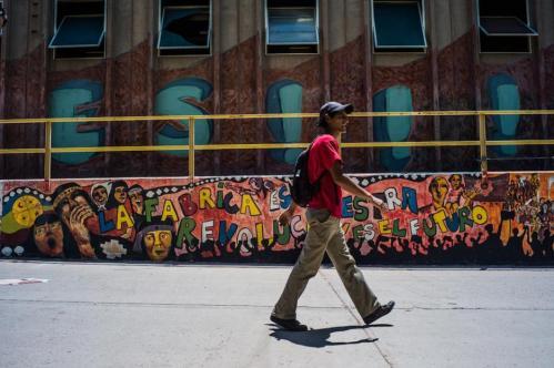 12 Janvier 2013, Neuquén, Argentine. « L'usine est à nous. La révolution est le futur », proclame le graffiti sur un des murs de l'usine. Les ouvriers de FaSinPat veulent créer une force politique révolutionnaire, opposée au gouvernement de la présidente Cristina Kirchner.