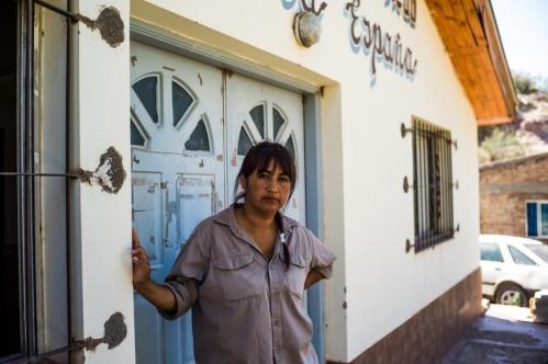 14 Janvier 2013, Neuquén, Argentine. Dans le bidonville de la Nueva Espana, les « Zanon » ont construit un centre médical. Mais ce jour-là, Elisa Cisterna, 40 ans, ouvrière chez FaSinPat, apprend par les habitants que le centre est fermé depuis de nombreux mois. « Apparemment, le gouvernement n'envoie plus aucun médecin pour assurer les permanences. Nous allons devoir une nouvelle fois nous mobiliser », explique-t-elle.