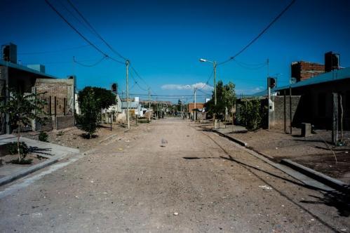 15 Janvier 2013, Neuquén, Argentine. Dans un autre bidonville de Neuquén, les rues sont désertes. Ici, les « Zanon » ont aidé une famille à agrandir sa maison, une condition nécessaire pour qu'ils puissent soigner l'aîné de leur enfant, Guillermo, souffrant d'une grave insuffisance respiratoire.
