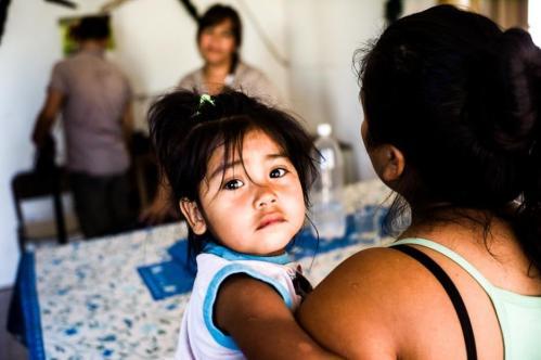 Janvier 2013, Neuquén, Argentine. La mère de Guillermo tient dans ses bras son deuxième enfant. Elle explique que sans les « Zanon », et la pièce supplémentaire qu'ils ont aidé à construire, « son fils serait mort aujourd'hui ».