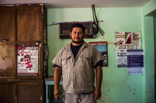 19 Janvier 2013, Neuquén, Argentine. Alejandro Lopez, 40 ans, est l'homme de toutes les luttes chez FaSinPat. Il a débuté dans l'usine à 19 ans, a été aux avant-postes lors de la prise de contrôle en 2001 et a depuis occupé les fonctions de secrétaire général du syndicat des céramistes et de député au Parlement de la province de Neuquén. Et aujourd'hui ? « Aujourd'hui, je suis retourné à mon poste de travail. Je suis simple ouvrier. C'est notre façon de fonctionner. »
