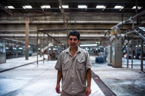 20 Janvier 2013, Neuquén, Argentine. Mario Lopez, 57 ans, est l'un des plus anciens ouvriers de l'usine. Il y travaille depuis vingt-cinq ans. Il a connu l'époque Zanon : « Ce n'est pas comparable. Avant, nous étions très contrôlés et sous pression permanente. Aujourd'hui, nous travaillons librement. »