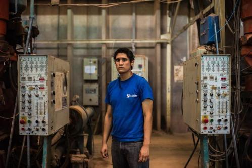 21 Janvier 2013, Neuquén, Argentine. Marios Parra, 19 ans, est l'un des plus jeunes employés de l'usine. L'assemblée générale des ouvriers a voté son embauche il y a deux ans, à condition qu'il suive parallèlement des cours dans le lycée de l'usine créé en 2006. L'école FaSinPat compte aujourd'hui environ 80 élèves, issus pour la plupart des milieux les plus modestes.