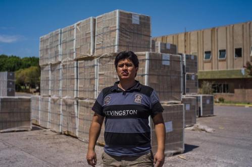 22 Janvier 2013, Neuquén, Argentine. L'histoire d'Aukan, 28 ans, est symbolique des liens qui existent entre les « Zanon » et les indiens mapuches. Avant 2001, les Mapuches combattaient Luigi Zanon, qui exploitait leurs terres pour y récupérer l'argile nécessaire à la production de céramiques. Ils réussirent à bloquer les livraisons de matière première. Mais en 2001, quand les ouvriers ont pris le contrôle de l'usine, les Mapuches les ont soutenus et ont à nouveau permis l'approvisionnement en argile. Un an plus tard, en 2002, pour remercier les Mapuches, les ouvriers ont embauché l'un des leurs, Aukan.