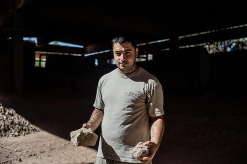 23 Janvier 2013, Neuquén, Argentine. Pablo Sepulveda, la trentaine, est chargé des visites de l'usine pour les écoles ou les délégations étrangères. Il tient dans ses mains deux pierres d'argile.