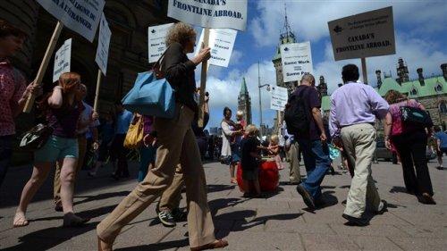 Les services étrangers canadiens manifestent devant les bureaux du premier ministre à Ottawa  Photo :  PC / Sean Kilpatrick