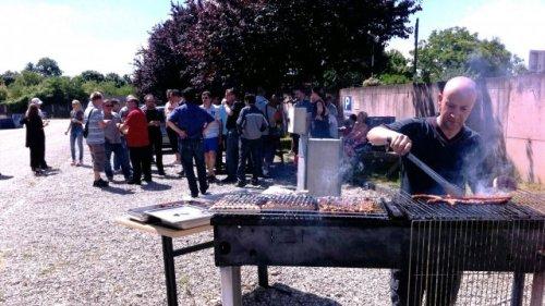 Un dernier barbecue devant l'usine avant la fermeture.