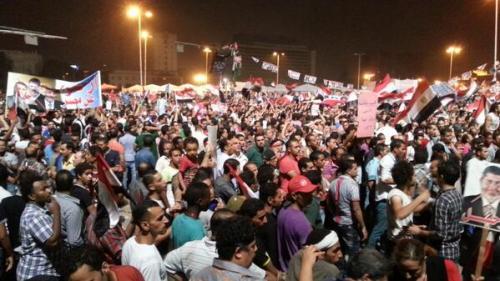 """La foule place Tahrir à 1 h du matin le 1er juillet, toujours pleine d'énergie, crie """"il partira, nous resterons"""". Et maintenant ?"""