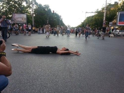 Une danseuse de ballet se produit dans la rue en solidarité avec les manifestations de dimanche