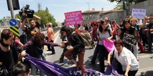Le 27 mai, des féministes turques bloquent les rues principales du quartier de Besiktas d'Istanbul, en réaction aux propos du premier ministre Recep Tayyip Erdogan sur l'avortement. | AFP/BULENT KILIC