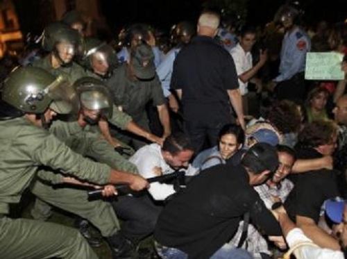 Intervention des forces de l'ordre à Rabat lors du rassemblement contre la grâce accordée par le roi à un pédophile espagnol, le 2 août 2013. REUTERS/Stringer
