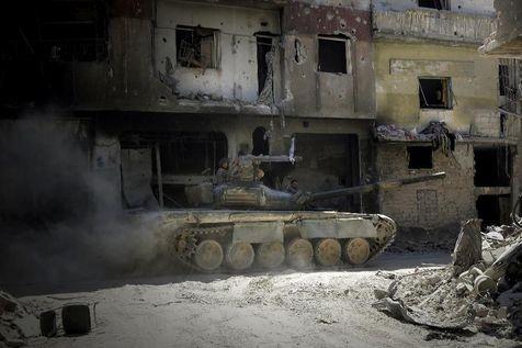 Des soldats de l'armée syrienne patrouillent, le 31 juillet 2013 dans une rue de Homs (Photo Joseph Eid. AFP)