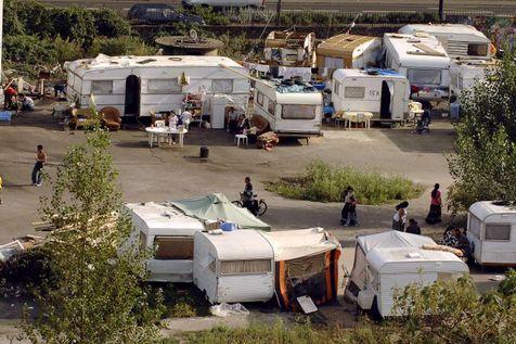 Des Roms de Roumanie arpentent le bidonville où ils ont installés leurs caravanes, le 11 septembre 2007 aux portes de Nantes ( Photo Frank Perry. AFP )