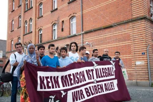 Devant le camp de réfugiés de Bayreuth le 20 août