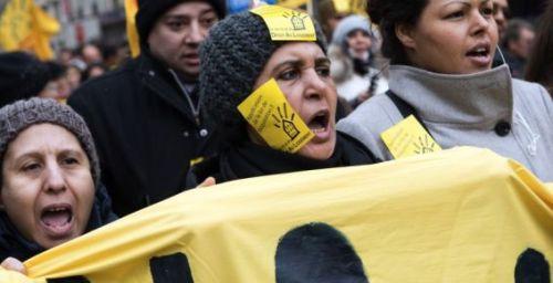 """Des dizaines de mal-logés rassemblés à Paris demandent """"un plan d'urgence"""" Photo : Bertrand Langlois / AFP"""