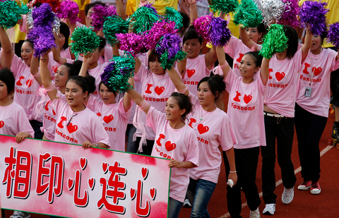 """Les employés de Foxconn prennent part au rallye """" Chéris ta vie """" ( Bobby Yip / Reuters )"""