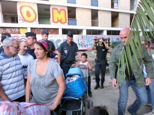 A Marseille, éxpulsion des familles habitant une caserne réquisitionnée par le Comité de soutien aux Roms