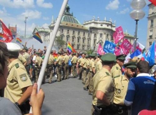 Un impressionnant cordon de police a séparé les deux camps. Photo : CSD München.