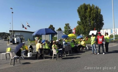 Depuis lundi, trente salariés d'Akzo Nobel tiennent un piquet de grève devant les grilles du site à Montataire.