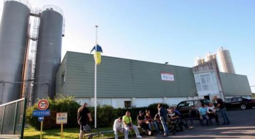 Plusieurs salariés ont installé un piquet de grève devant le site de production.