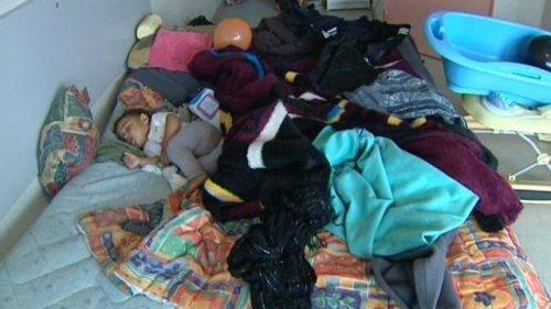Si certains sans-abri ont été relogés - de façon provisoire - à l'hôtel, les conditions d'hébergement sont assez spartiates.