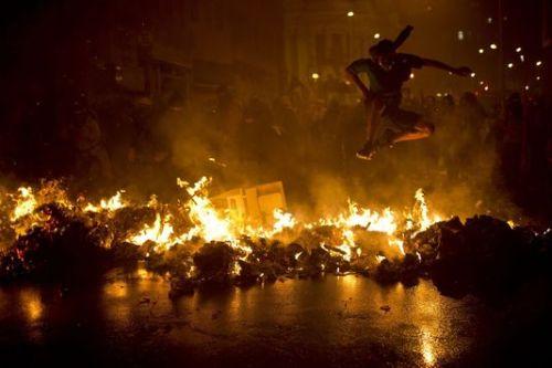 Une barricade en flammes sur la place Cinelândia après une manifestation de professeurs, le 7 octobre à Rio.