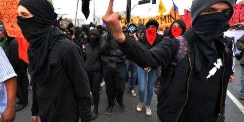 Des membres des blocs noirs lors de la manifestation des professeurs mardi 15 octobre à São Paulo.