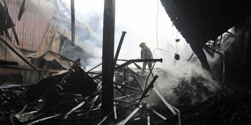 Selon des ouvriers, le feu semble avoir été déclenché mardi soir par un problème sur une machine à tricoter qui avait déjà pris feu à plusieurs reprises dans le passé. | AFP/STRDEL
