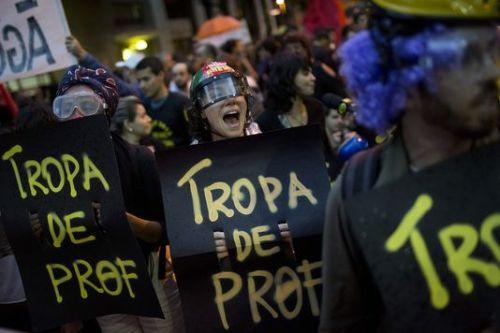 """Des manifestants portant des pancartes """"brigade des profs"""", le 7 octobre à Rio de Janeiro."""