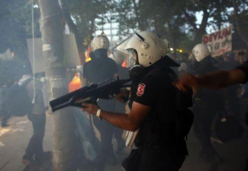 La police turque évacue le parc Gezi le 15 juin 2013.