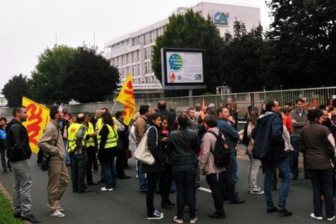 Les grévistes sont restés toute la journée devant le siège de la caisse régionale