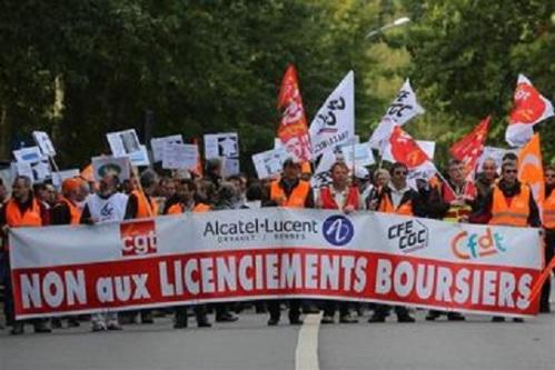 Manifestation à Orvault, près de Nantes, jeudi. Les syndicats d'Alcatel-Lucent ont lancé un appel à une journée de manifestation mardi prochain à Paris en vue de protester contre les suppressions de postes et les fermetures de sites prévues par l'équipementier télécoms en France. /Photo prise le 10 octobre 2013/REUTERS/Stéphane Mahé