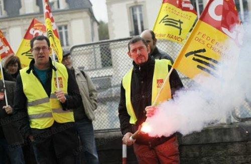 Ils n'étaient qu'une quarantaine à manifester, hier midi, devant la direction de l'établissement voyageurs, quai Claude-Le-Lorrain, à Nancy.