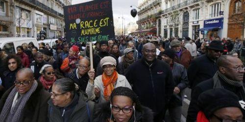 Plusieurs milliers de personnes ont marché à Paris contre le racisme, samedi 30 novembre, à l'appel du milieu associatif et syndical.