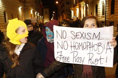 Des manifestants ont demandé la libération des membres du groupe Pussy Riot, devant l'immeuble où se tenait une rencontre entre le président russe Vladimir Poutune et son homologue italien Giorgio Napolitano, lundi, à Rome.