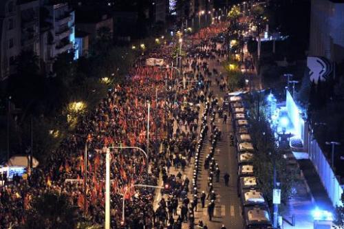 Des manifestants participent le 17 novembre 2013 en face de l'ambassade américaine à Athènes, à une marche commémorative du soulèvement en 1973 contre les colonels (AFP, Louisa Gouliamaki)